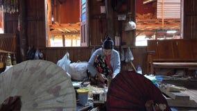 Wykonywać ręcznie parasole w warsztacie zbiory