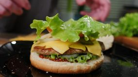 Wykonywa? r?cznie domowej roboty hamburgeru kulinarnego proces Cheeseburger, naczynie zdjęcie royalty free