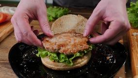 Wykonywa? r?cznie domowej roboty hamburgeru kulinarnego proces Cheeseburger, naczynie fotografia stock