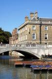Wykop z ręki, most, królowej szkoła wyższa, Cambridge, Anglia Fotografia Royalty Free