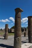 Wykopywane kamienne kolumny w forum w Pomeii obrazy stock