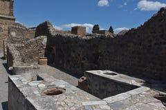 Wykopywane ruiny stoiskowy sprzedawanie gotowali jedzenie w Pompeii fotografia royalty free