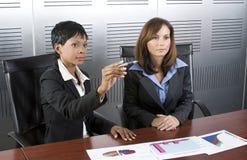 wykres 2 kobiety biznesu Zdjęcie Royalty Free