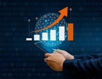 Wykres pieniężni wzrostowi globalnych komunikacj Binarni Mądrze telefony i światowi Internetowi biznesmeni naciskamy telefon comm obrazy royalty free