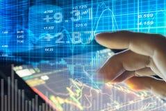 Wykres rynków papierów wartościowych dane i pieniężny z widokiem od DOWODZONEGO pokazu pojęcia stosownego dla tła który, tło wlic Fotografia Stock