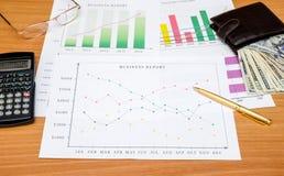 Wykresy, mapy, biznesu stół z pieniądze, kalkulator Zdjęcie Royalty Free