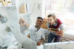 Wykwalifikowani inżyniery oprogramowania dyskutuje cyfrowanie algorytm zdjęcie royalty free