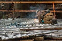Wykwalifikowany pracownika budowlanego spawacz pracuje na budowie j Obraz Royalty Free