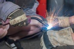 Wykwalifikowany robotnik w paliwo spawie fotografia royalty free