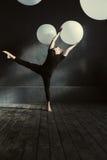 Wykwalifikowany tancerza spełnianie przed ciemną ścianą zdjęcie stock