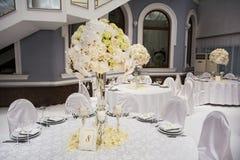 Wykwintnie dekorujący ślubu stołu położenie zdjęcia royalty free