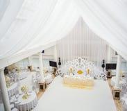 Wykwintnie dekorujący ślubu stołu położenie Obrazy Royalty Free