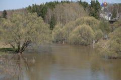 Wylew rzeka na zewnątrz miasta Obrazy Stock