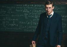 Wymagający nauczyciel Mężczyzna z wysokimi oczekiwaniami patrzeje niezadowolonym z uczeń wiedzą Profesor wymagający i surowy zdjęcia stock