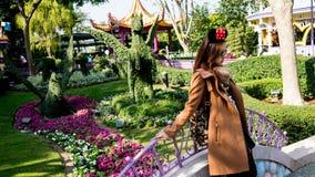 Wymarzona dziewczyna przy sen ogródem Zdjęcie Royalty Free