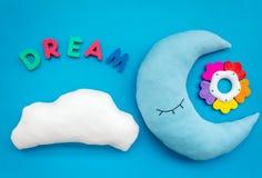 Wymarzona kopia dla dziecko wzoru z ksi??yc poduszk?, chmura, zabawka na b??kitnego t?a odg?rnym widoku obraz stock