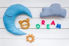 Wymarzona kopia dla dziecko wzoru z ksi??yc poduszk?, chmura, zabawka na bia?ego drewnianego t?a odg zdjęcie stock