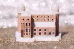 Wymarzony dom Dwór na plaży i oceanie Dom w piasku Roszuje w piasku na tle fala Abstrakta sen, Obrazy Stock