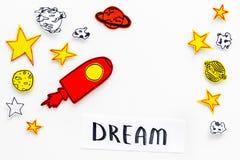 Wymarzony pojęcie Ręki literowania sen przy białym kosmosu tłem z rakiety i gwiazd odgórnego widoku kopii przestrzenią obrazy stock