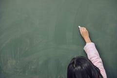 Wymazywał równanie od blackboard Pisać na blackboard zdjęcia stock