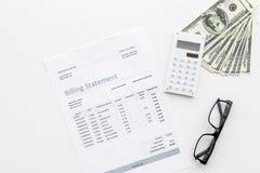 Wynagrodzenie podatki i rachunki Fakturowania oświadczenie, kalkulator, pieniądze na białej tło odgórnego widoku kopii przestrzen Zdjęcie Stock