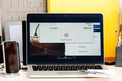 Wynagrodzenie z dotyka id wynagrodzenia jabłczanym macbookpro oled Obrazy Royalty Free