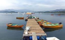 Wynajmowanie łodzie na Drewnianym molu obraz royalty free