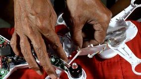 Wynalazczy, dzielny naprawianie łamający starego człowieka copter, zbiory wideo