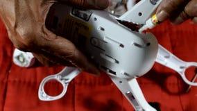 Wynalazczy, dzielny naprawianie łamający starego człowieka copter, zdjęcie wideo