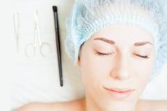 Wynika po kosmetologii traktowania odmładzanie i korekcja brew zdjęcia royalty free