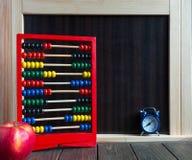 Wyniki, zegar i materiały na drewnianym stołowym pobliskim chalkboard, Nauki pojęcie fotografia royalty free