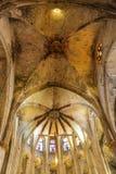Wyniosły Kościelny sufit Nad witraż fotografia stock