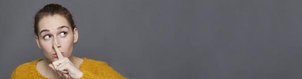Wyobraźni i wątpliwości pojęcie z rozochoconą piękną dziewczyną, popielata panorama Obraz Stock
