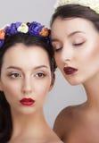 wyobraźnie Kobiety w girlandach z Vernal kwiatami obrazy stock