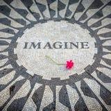 Wyobraża sobie Podpisuje wewnątrz Nowy Jork central park, John Lennon pomnik Zdjęcia Stock