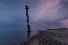 Wypacza latarnię morską w morzu bałtyckim Burzowa noc i błyskawica Kiipsaar, Harilaid, Saaremaa, Estonia Zdjęcia Royalty Free