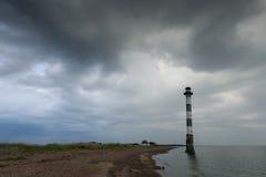 Wypacza latarnię morską w morzu bałtyckim Burzowa noc na plaży Obraz Stock