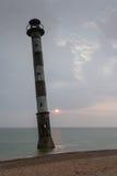Wypacza latarnię morską w morzu bałtyckim Burzowa noc na plaży Harilaid, Saaremaa, Estonia, Europa Obrazy Royalty Free