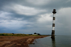 Wypacza latarnię morską w morzu bałtyckim Burzowa noc na plaży Kiipsaar, Harilaid, Saaremaa, Estonia, Europa Fotografia Royalty Free