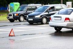 Wypadek czerwień i srebro samochód po deszczu fotografia stock
