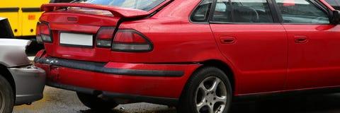 Wypadek czerwień i srebro samochód po deszczu obraz royalty free