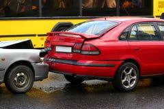 Wypadek czerwień i srebro samochód po deszczu zdjęcie royalty free
