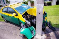 Wypadek drogowy kraksa samochodowa na miasto drodze Zamyka frontowego samochód zderzającego się z władza słupa wypadkiem w ten sp obraz stock