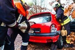Wypadek - jednostka straży pożarnej ratuje ofiary kraksa samochodowa obrazy royalty free
