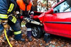 Wypadek - jednostka straży pożarnej ratuje ofiary samochód fotografia royalty free
