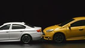 Wypadek: kolor żółty zabawki modela kraksy samochodowe biel bawją się samochodowego zwolnione tempo zbiory