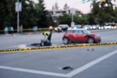 Wypadek motocykl i samochód przy rozdrożem, zamazujący obraz stock