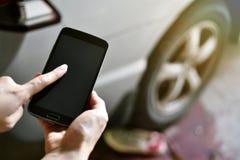 Wypadek na drodze, kierowca usługa zdrowotnej wywoławcza przeciwawaryjna karetka po kraksy samochodowej obrazy royalty free