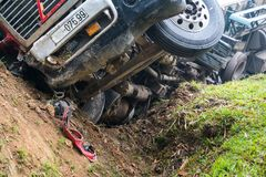 Wypadek na górzystej drodze, pojazdu mechanicznego wypadek, samochodowy wrak Długi pojazd obalający i kłama w przykopie na stroni Fotografia Stock