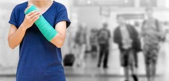 wypadek na ręce, Zdradzonej kobiecie z zieleni obsadą na ręce i ręce o, Obrazy Stock